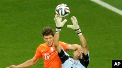 Klaas-Jan Huntelaar des Pays-Bas commettant une faute sur le gardien du Costa Rica Keylor Navas lors du match de football en quart de finale de la Coupe du monde entre les Pays-Bas et le Costa-Rica à l'Arena Fonte Nova à Salvador, au Brésil, le samedi 5 Juillet 2014 (l 'AP Photo / Themb.
