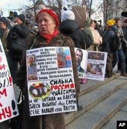 一些民众对普京和梅德韦杰夫不满,3月24日莫斯科普西金广场反政府集会示威者