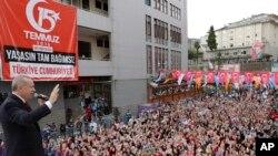 El presidente turco, Tayyip Erdogan, pidió a sus ciudadanos invertir en la lira turca para fortalecer su economía ante la imposición de nuevos aranceles por parte de EE.UU.