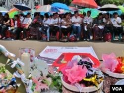 Jemaat Gereja Kristen Indonesia Yasmin (GKI Yasmin) di Bogor dan HKBP Filadelfia di Bekasi menggelar ibadah Paskah di seberang Istana Merdeka, Jakarta Pusat (foto dok. VOA/Fathiyah).