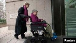 Bà Gloria Taylor (phải) đi vào Tòa án Tối cao British Columbia với sự giúp đỡ của bà Lee Carter, một đồng nguyên đơn trong trường hợp thách thức pháp luật về trợ giúp tự tử tại Vancouver, British Columbia, ngày 01 tháng 12 năm 2011.