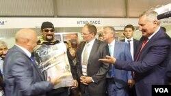 副總理羅格津(右一)同美國影星西格爾(左二)參觀2014俄羅斯國防出口展。西格爾是普京粉絲,支持俄烏克蘭政策,並為俄武器做廣告。在同西方關係惡化之際,俄羅斯也利用西格爾從事宣傳。(美國之音白樺拍攝)