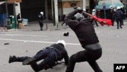 Atina'da gençlerden dayak yiyen Rum polisler
