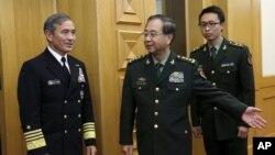 Tư lệnh bộ Chỉ Huy Hoa Kỳ ở Thái Bình Dương (PACOM), Đô đốc Harry Harris và Thượng tướng Trung Quốc Phòng Phong Huy tại Bắc Kinh, ngày 3/11/2015.