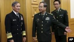 중국 베이징을 방문한 해리 해리스 미 태평양사령관(왼쪽)이 3일 인민해방군의 팡펭휘이 총참모부장(가운데)의 안내를 받으며 회의장으로 이동하고 있다.