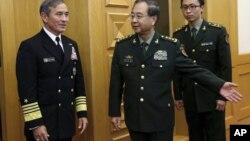美国太平洋司令部司令、海军上将哈利·哈里斯和中国军队总参谋长房峰辉在北京八一大楼开会前(2015年11月3日)