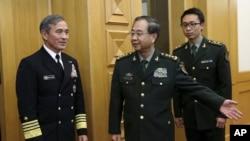 Laksamana Harry B. Harris,Jr., panglima Komando Pasifik Amerika, (kiri) dipersilakan oleh Kepala staf PLA Fang Fenghui (tengah) menuju ruang pertemuan di Bayi Building, Beijing, China (3/11).