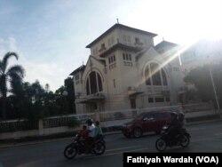 Gereja Koinonia, Jatinegara merupakan salah satu gereja yang menjadi sasaran bom tahun 2000. (VOA/Fathiyah)