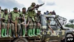 Des soldats des FARDC (Forces Armées de la République Démocratique du Congo) assis sur un véhicule militaire lors d'une opération contre des rebelles des Forces Démocratiques Alliées (ADF) à Opira, Nord Kivu, le 25 janvier 2018.
