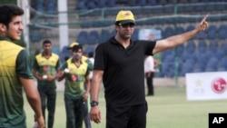 وسیم اکرم کراچی نیشنل سٹیڈیم میں تیز بالنگ کے کوچنگ کیمپ میں کھلاڑیوں کو مشورے دے رہے ہیں۔ فائل فوٹو