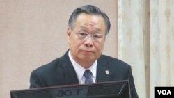 台灣國防部長嚴明(左一)星期四在立法院接受質詢。(美國之音張永泰拍攝)