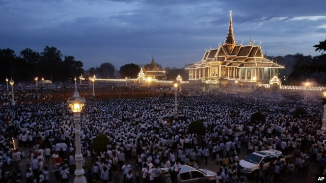 Cambodian mourners gather for prayer to the Cambodia's late King Norodom Sihanouk in front of the Royal Palace in Phnom Penh, Cambodia, Tuesday, Oct. 23, 2012. King Norodom Sihamoni and his mother, Queen Monineath on Tuesday visited mourners gathered in front of the Royal Palace from across the country to pay tribune to late Cambodian king Norodom Sihanouk.