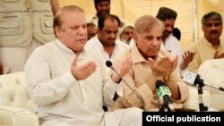 PM Pakistan Nawaz Sharif dan pejabat lainnya mendoakan para korban tewas akibat kebakaran tangki bahan bakar awal pekan ini (26/6).