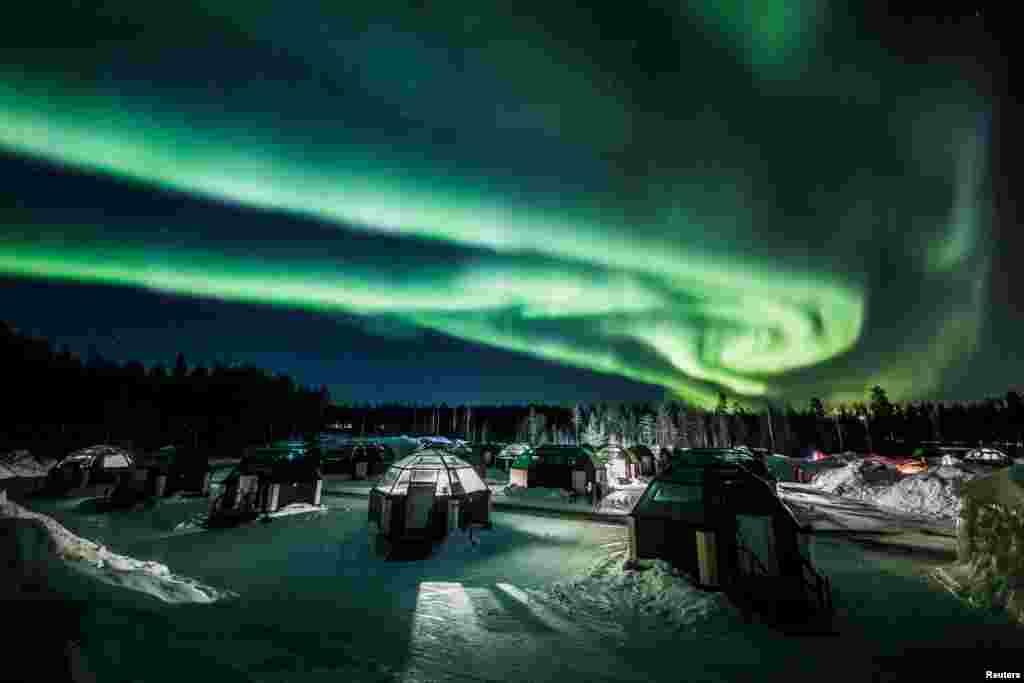 Aurora Borealis ឬភ្លើងពីទិសខាងជើងត្រូវបានគេឃើញនៅលើមេឃ នៅលើសណ្ឋាគាArctic Snowhotel ក្នុងក្រុងRovaniemi ប្រទេសហ្វាំងឡង់។