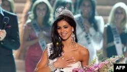 Rima Fakih nhận vương miện ở Las Vegas, 16/5/2010