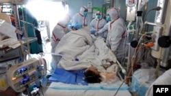 Seorang pasien yang terjangkit virus H7N9 dirawat di rumah sakit Wuhan, Hubei, China 12 Februari lalu (foto: dok).