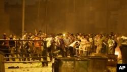 Người biểu tình ủng hộ Tổng thống bị lật đổ Mohamed Morsi ném đá vào lực lượng an ninh trong cuộc đụng độ tại trung tâm thành phố Cairo, ngày 15/7/2013