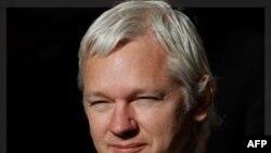 Nhà sáng lập WikiLeaks Julian Assange rời tòa án ở London hôm 2/11/11