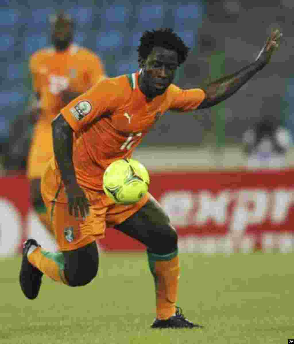 Wilfried Bony of Ivory Coast controls the ball during their African Nations Cup soccer match against Angola in Malabo January 30, 2012.