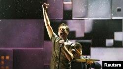 10일 제 55회 그래미 시상식에서 열창하는 인디 록밴드 '펀'의 리드 싱어.