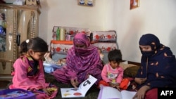 قبائلی خواتین بچوں کو پڑھا رہی ہیں۔ فائل فوٹو