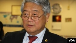 Hong Lim, a member of the Victorian Legislative Assembly in Australia since 1996, visits VOA headquarters in Washington DC, October 5, 2017. (Ten Soksreinith/VOA Khmer)