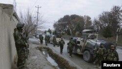 Tentara Angkatan Darat Afghanistan (ANA) terus berjaga di dekat konsulat India di Mazar-i-Sharif, Afghanistan (4/1).