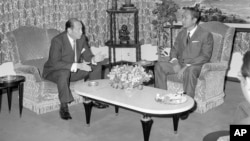 New U.S. Ambassador to Cambodia, John Gunther Dean, confers with Cambodian President Lon Nol after presenting a credential letter in Phnom Penh on April 5, 1974. (AP photo)