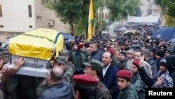 Pripadnici Hezbolaha nose kovčeg sa posmrtnim ostacima komandanta Hasana Al Lakisa, 4. decembar, 2013.