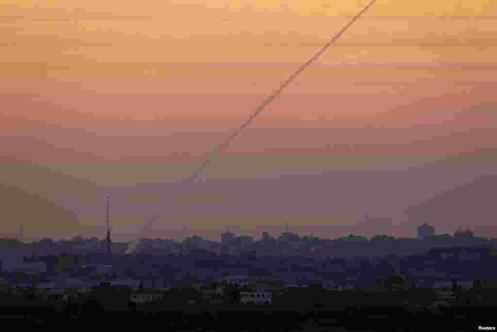 미사일 발사로 인해 연기 자국이 생긴 북부 가자지구 상공