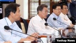 문재인 한국 대통령이 25일 오후 청와대 여민관에서 수석보좌관회의를 주재하고 있다.