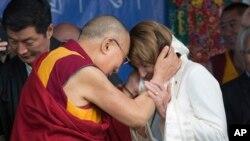 Pemimpin spiritual Tibet, Dalai Lama, memberi selendang kepada Pemimpin Minoritas DPR dari Partai Demokrat Nancy Pelosi di Kuil Tsuglagkhang, Dharmsala, India, 10 Mei 2017.