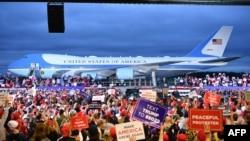 Pristalice predsednika Donalda Trampa na mitingu na međunarodnom aerodromu u Frilendu u Mičigenu, 10. septembra 2020.