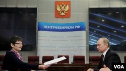 Perdana Menteri Vladimir Putin (kanan) secara resmi mendaftarkan diri sebagai calon presiden Rusia untuk Pemilu Maret 2012 di Pusat Pemilu Rusia, Moskow (7/12).