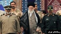 حسن فیروزآبادی(سمت چپ) در کنار آیت الله خامنه ای و فرمانده سپاه
