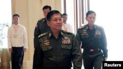 Le commandant en chef de la Birmanie (Myanmar), le général Min Aung Hlaing, arrive au palais présidentiel de Naypyitaw, au Myanmar, le 30 mars 2018. (REUTERS / Sai Zaw)