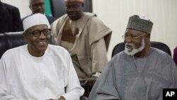 在尼日利亚首都阿布贾,选举委员会宣布穆罕穆杜·布哈里(左)赢得总统选举。