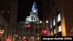 Philadelphie, dans la fièvre de l'attente de l'arrivée du pape François. (Jacques Astride/VOA)