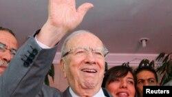 Ông Beji Caid Essebsi, lãnh đạo đảng Nidaa Tounes, vẫy chào tại trụ sở chính của đảng ở Tunis, ngày 28/10/2014.