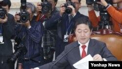 유기준 국회 외교통일위원회 위원장이 24일 국회 외교통일위원회 전체회의에서 북한인권법을 상정하고 있다.