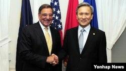 지난 6월 미국 국방부 청사에서 회담한 리언 파네타 미 국방장관(왼쪽)과 김관진 한국 국방장관.