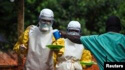 Nhân viên y tế làm việc với tổ chức Bác sĩ Không Biên giới chuẩn bị thức ăn cho các bệnh nhân nhiễm viruút Ebola trong khu vực cách ly tại trung tâm chữa trị của Bác sĩ Không Biên giới