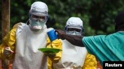 El ébola puede matar en cuestión de días, tras causar una intensa fiebre y serios dolores musculares, vómitos y diarrea.