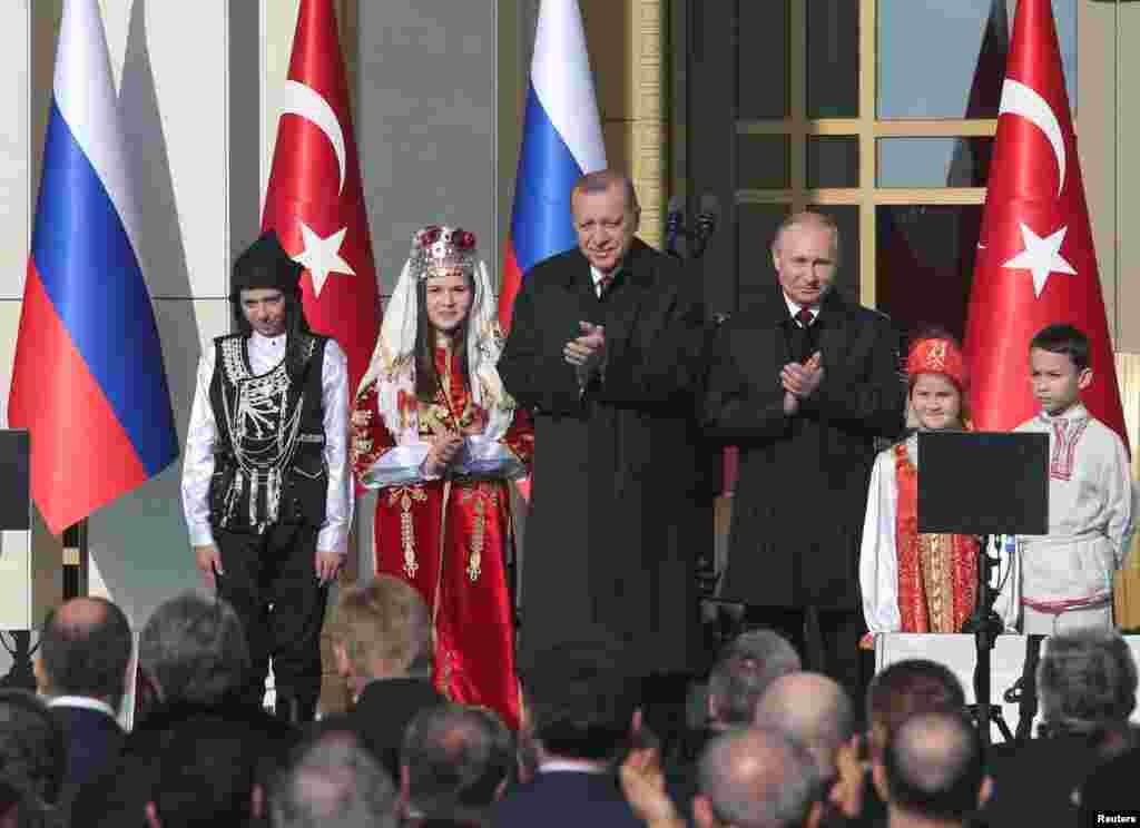 Turkiya va Rossiya rahbarlari Akkuyu atom elektrostansiyasi qurilishiga start bermoqda. Inshootni Rossiya Turkiya uchun qurib beradi.