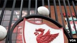 Logo klub sepakbola Liverpool di stadion Anfield, Liverpool, Inggris.