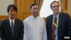 Giám đốc đài VOA David Ensor (phải), trưởng ban Miến ngữ đài VOA Than Lwin Htun gặp Chủ tịch Quốc hội Miến Điện Thura Shwe Mann (giữa) tại Naypyitaw