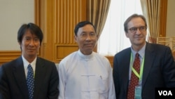 From right: VOA Director David Ensor, Burmese Parliament speaker Thura Shwe Mann and VOA Burmese Service Chief Than Lwin Htun in Naypyitaw, Jun 04, 2012 (VOA)