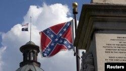 La bandera confederada (primer plano) y la del estado de Carolina del Sur ondea a media asta en los terrenos del Capitolio de Columbia, la capital del estado.