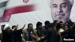 Hasan Rohani maše pristalicama na skupu uoči predsedničkih izbora u Iranu