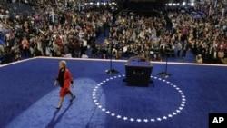北卡罗莱纳州州长帕杜对参加夏洛特民主党全国代表大会的代表发表完讲话后离开舞台(9月4日)。